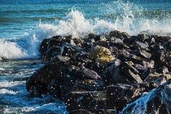 De sterke golf van overzees slaat op de rotsen royalty-vrije stock fotografie