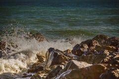 De sterke golf van overzees slaat op de rotsen royalty-vrije stock foto's