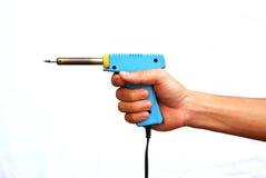 De sterke hand houdt de soldeerbout Stock Afbeelding
