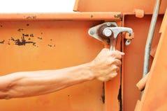 Probeer om de oude vrachtwagen zijdeur te openen Royalty-vrije Stock Fotografie