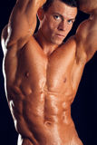 De sterke mens met aantrekkelijke hulp bodywith kijkt Stock Afbeelding