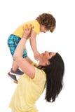 De sterke moeder heft op haar zoon op Royalty-vrije Stock Afbeeldingen