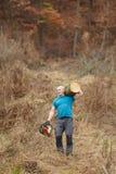 De sterke schouder van de houthakkers dragende opening van een sessie stock afbeeldingen