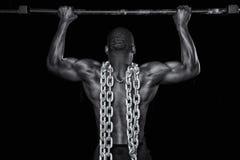 De sterke sexy mens doet uittrekt stock fotografie