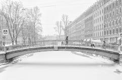 De sterke sneeuwstorm in Heilige Petersburg De mensen die langs Sennoy lopen overbruggen Stock Fotografie