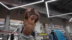 De sterke Spiermens raakt Band met een voorhamer als deel van Zijn de Gymnastiek van Geschiktheidsbodybuilding Opleiding stock videobeelden