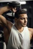 De sterke sportman die van Nice een domoor opheffen Royalty-vrije Stock Foto