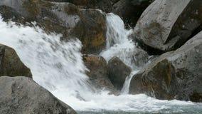 De sterke stromen van rivier loopt uit stenen, omhoog sluiten stock videobeelden