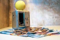 De sterke veilige stortingsdoos houdt zowel muntstukken als bankbiljetten Verscheidene s royalty-vrije stock afbeelding