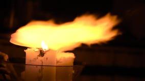 De sterke vlam van brand van gas kan stock video