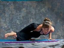 De sterke vrouw die yogasalie doet stelt Royalty-vrije Stock Foto