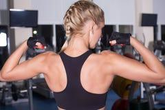 De sterke vrouw toont haar spieren royalty-vrije stock fotografie