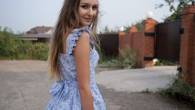 De sterke wind blaast mooi dame eerlijk haar die blauwe kleding dragen stock footage