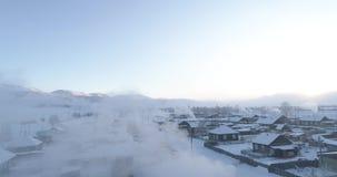 De sterke winter in het dorp van Aktash, Kurai-steppe, Altai stock footage