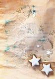 De sterkoekjes van Kerstmis op grungedocument Stock Afbeeldingen