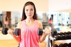 De sterkte van de gymnastiekvrouw opleiding het opheffen gewichten Stock Fotografie