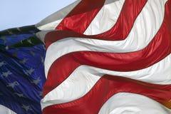 De sterren en de strepen, en de rode, witte en blauwe kleuren van een Vlag van de V.S. blazen in de wind Royalty-vrije Stock Fotografie