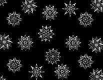 De sterren van de sneeuw op zwarte Stock Foto's