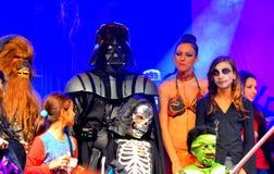 De sterrenoorlogkarakters in Halloween paraderen Royalty-vrije Stock Foto