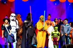 De sterrenoorlogkarakters in Halloween paraderen Stock Fotografie