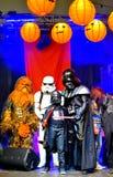 De sterrenoorlogkarakters in Halloween paraderen Stock Foto