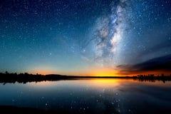 De sterrige hemel, de melkachtige manier Foto van lange blootstelling Het landschap van de nacht royalty-vrije stock fotografie