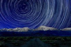 De Sterslepen van de nachtblootstelling van de Hemel in Bischop California stock foto's