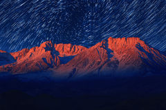 De Sterslepen van de nachtblootstelling van de Hemel in Bischop California Stock Foto