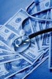 De stethoscoop legt op dollars Stock Foto's