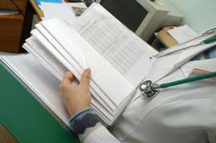 De stethoscoop op de borst van arts stock foto's