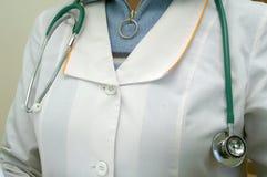 De stethoscoop op de borst van arts stock afbeeldingen