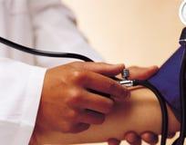 De stethoscoop van medische artsenHolding voor het controleren van gezondheid Stock Foto's