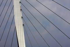 De steun en de kabels van de brug stock foto's