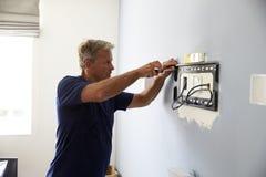 De Steun van de mensenmontage voor Vlakke het Schermtv op Muur royalty-vrije stock afbeelding