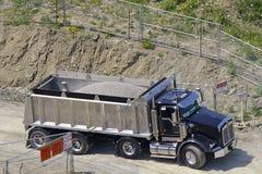 De steun van de Vrachtwagen van de stortplaats binnen aan Bouwwerf Royalty-vrije Stock Foto