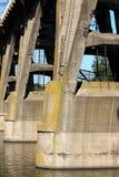 De steunen van de brug, die zich in het water bevindt De brug waarover de goederentreinen reizen stock foto
