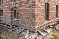 De stichting van een huis wordt gesteund door staalkolommen royalty-vrije stock afbeeldingen