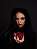 De stiefmoeder geeft vergiftigde rode appel royalty-vrije stock afbeelding