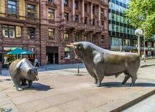 De Stier en draagt Standbeelden bij Royalty-vrije Stock Afbeeldingen