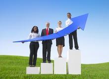 De Stijgende Pijlen van de bedrijfsmensen in openlucht Holding Stock Afbeeldingen
