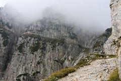De stijging langs de weg die tot de wolken leidt stock afbeeldingen