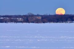 De stijging van de volle maan over Meer Monona Stock Foto