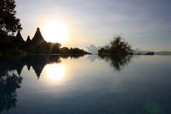 De stijging van de zon bij de pool bij Meer Manyara Stock Foto