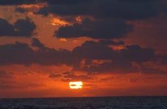 De stijging van de zon over wolken Royalty-vrije Stock Afbeeldingen
