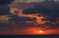 De stijging van de zon over wolken Stock Foto's