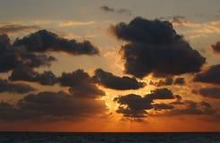 De stijging van de zon over wolken Stock Foto