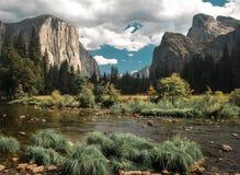 De stijgingen van Gr Capitan hoog boven de Yosemite-Valleivloer Royalty-vrije Stock Foto's