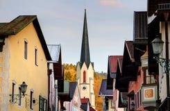 De stijgingen van de kerktorenspits boven hoofdstraat van Garmisch Duitsland stock foto's