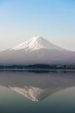 De stijgingen van MT Fuji boven Meer Kawaguchi Royalty-vrije Stock Foto's