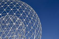De Stijgings witte concentrische metaalgebieden tegen eenvormige blauwe hemel Royalty-vrije Stock Afbeeldingen